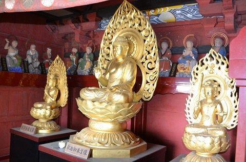 普賢菩薩(左)・釈迦如来(中央)・文殊菩薩(右)と後ろに十六羅漢像