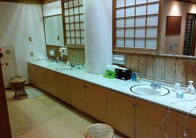 甍の湯脱衣所の洗面台