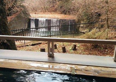 森のこだま露天風呂から見えた滝の景色