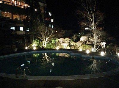 夜のプール周辺の景色