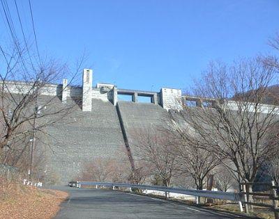 下から見た四万川ダム壁