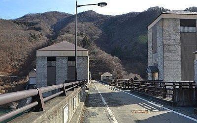 ダムのコンクリート壁の上の道路