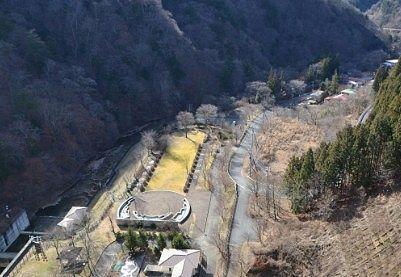 四万川ダムから見た日向見公園