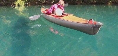 カヌーが浮いてるように見える湖面の様子