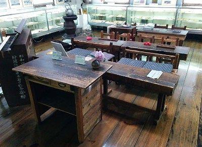 昔の教室の教壇やイスや机など