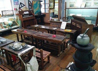 昔の教室を思わせる展示部屋