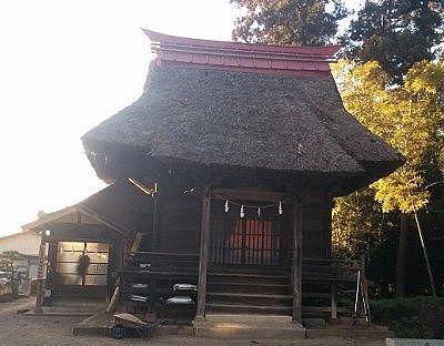 茅葺き屋根のお堂のような建造物と社務所