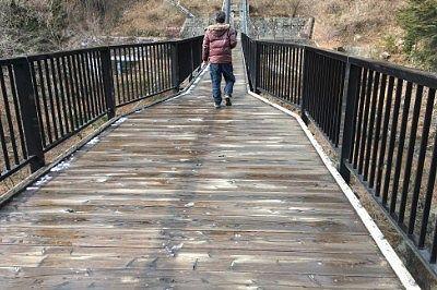 大きく揺れた鬼怒楯岩大吊橋を渡ってる様子
