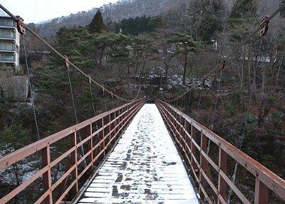 雪が積もってる滝見橋の様子