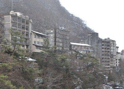 滝見橋から見えた廃墟のホテル群