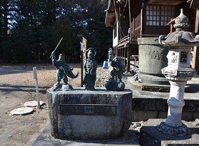 拝殿横の像