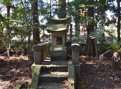森の中の境内にあった祠