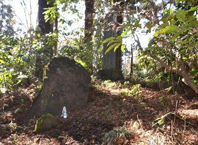 森の中の碑