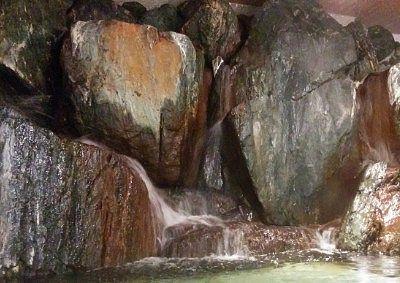 岩の間から流れ落ちてくる温泉の様子