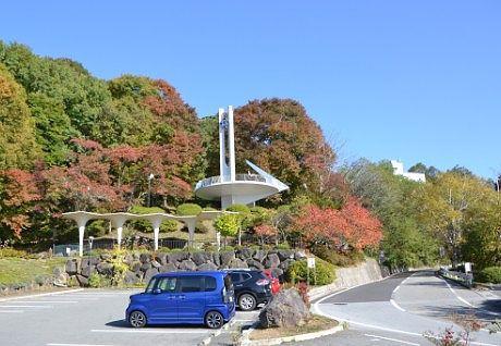 駐車場とその奥の時計台