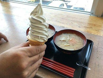 タケヤミソ会館のカフェで注文した豚汁とミソソフトクリーム
