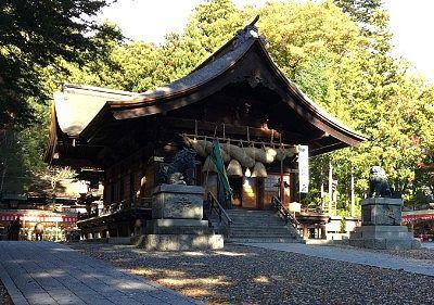 秋宮境内の様子と神楽殿