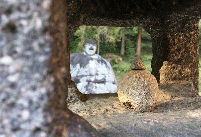 石灯篭の中から見た万治の石仏