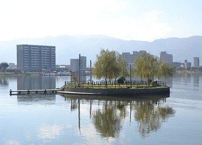 湖上に浮かぶ初島