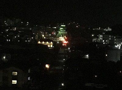 部屋の窓から見えた諏訪高島城ライトアップ