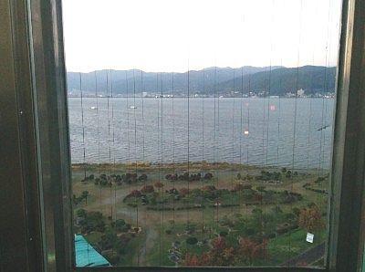 エレベーターから見えた諏訪湖の景色