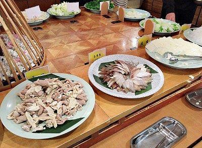 鍋バイキングの豚もつ、白身魚、豆腐