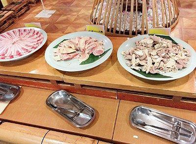 鍋バイキングの豚肉と鶏肉と豚モツ