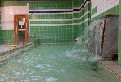 湯口から温泉が流れ落ちてる様