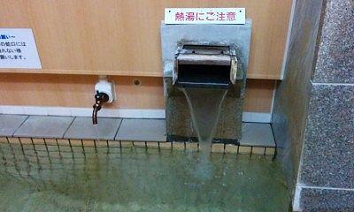 湯口からの温泉の様子