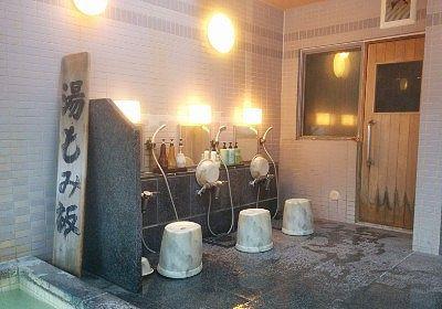 男湯の洗い場とサウナ入口