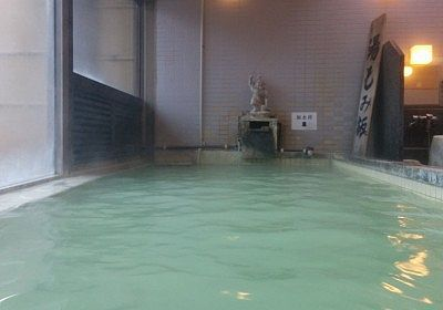 薄緑の白濁した温泉