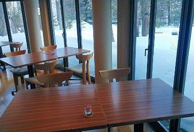 大型窓で景色が見られるレストラン
