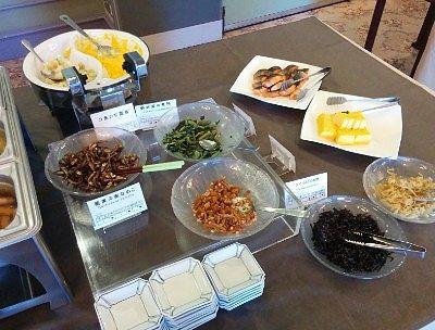 蕎麦のみ実なめこ、ワカサギの甘露煮、野沢菜の煮物、きくらげの佃煮、たくあん、焼き鮭