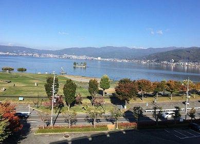 朝食を食べながら見た諏訪湖の景色