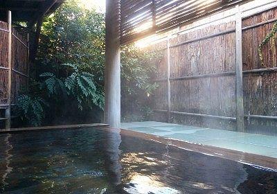 昼間のびいどろ露天風呂
