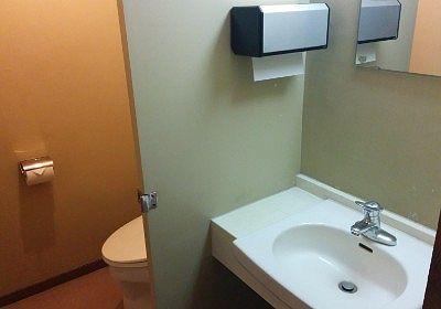 貸切風呂の洗面台とトイレ