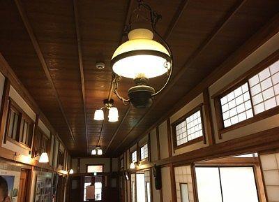片倉館一階通路の照明
