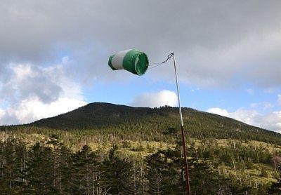 山頂駅展望台が強風の様子