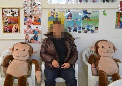 猿のぬいぐるみと記念撮影