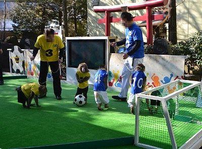 お猿のササッカー試合