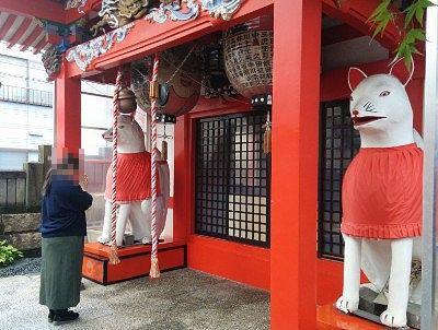 瘡守稲荷神社の巨大な狐の狛犬