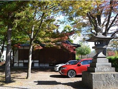 松本神社境内に停まっていた車