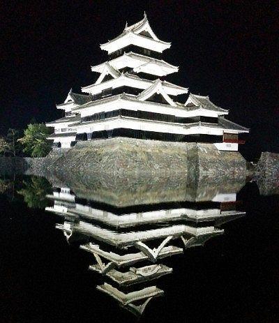 ライトアップされた松本城天守