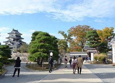 松本城公園と観光客