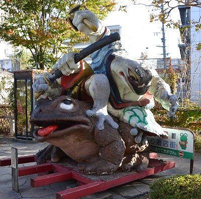 大きなカエルの石像