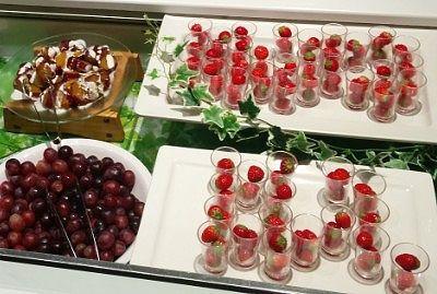 本日のフルーツ、イチゴ、ブドウ、さつまいもの甘露煮