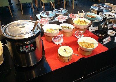 中華粥と具材(ザーサイ、からし菜の塩漬、中華風揚げパン、豆腐の塩漬け、エシャロットも辣油揚げ、野沢菜ちりめん、ゆかり、梅チップ、おかか、海苔)