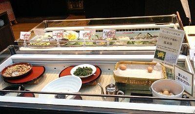 温泉卵、とろろ、わさび菜のおひたし、豆と根菜の胡麻タレサラダ、大根おろし