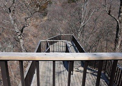 三階構造の霧降の滝観瀑台