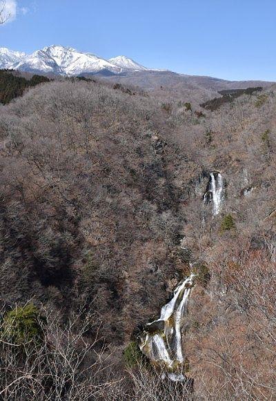 霧降の滝と雪化粧した女峰山